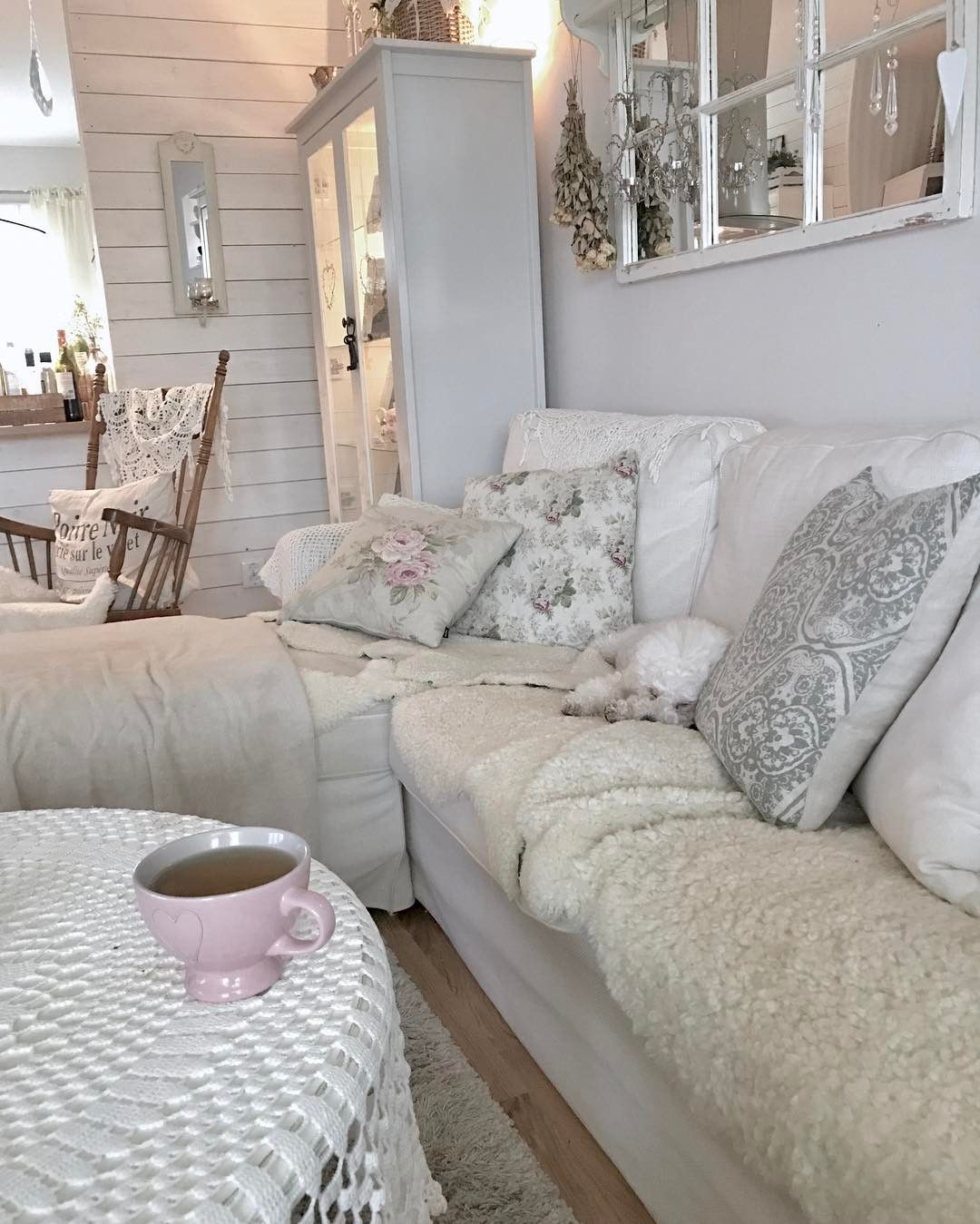Söndags chill med en kopp te och skidåkning på tv ☺ #interiordesign #inredning #white #vitt  #bichonfrise #te #tea #söndag #sunday