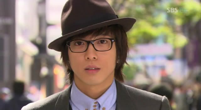 yonghwa as shinwoo, how cute! I was so sad when she looked right passed him :[ still one of my favorite shows though