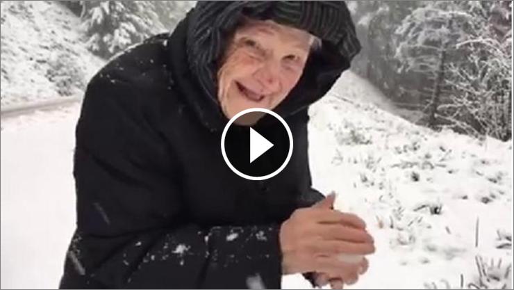 Abina, 101 anni, è diventata celebre per un video filmato da suo figlio che la riprende mentre gioca con la neve. Abina Foisyè una vecchietta di 101 anni