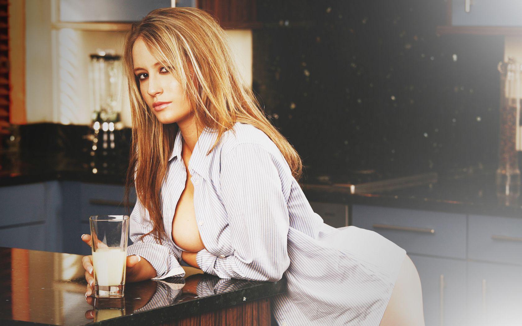 девушка в ночнушке на кухне