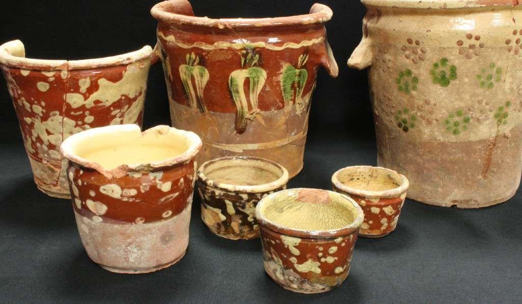 Pots à conserve de toutes tailles en céramique engobée ou terre vernissée : utiles et esthétiques. © Inrap