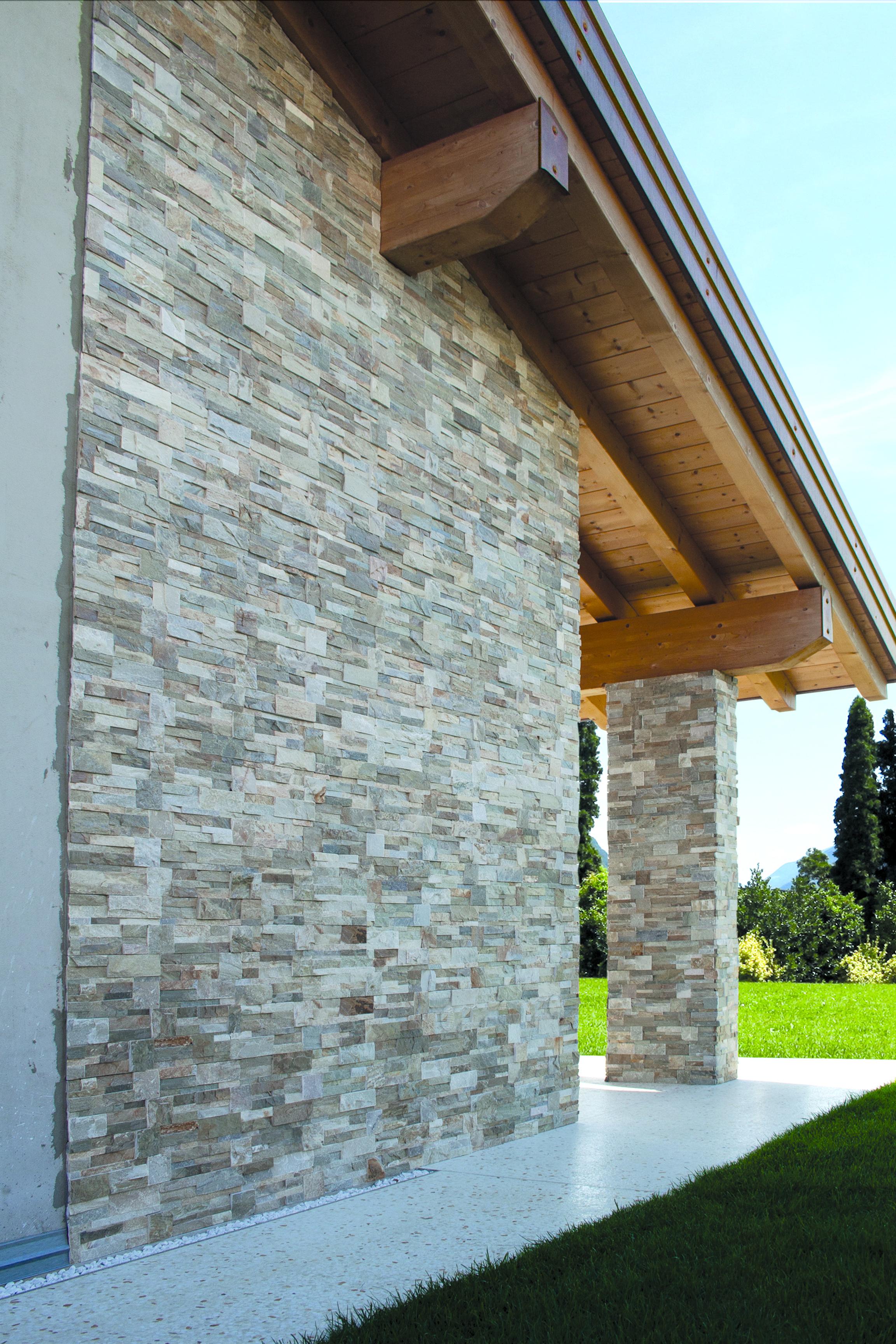 Wandverkleidung Aus Naturstein Auf Der Hausmauer Terrassenwand Wandverkleidung Wandverkleidung Stein