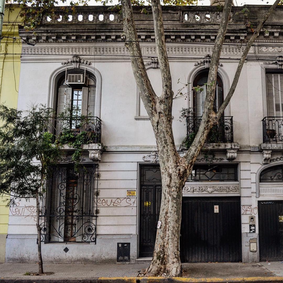 La primer cuadra de la calle Bahia Blanca ubicada en el barrio de Floresta todavía conserva muchas de sus casas centenarias #buenosaires7x48 #buenosaires #argentina by buenosaires.ar