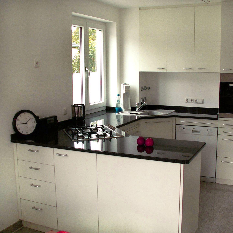 #Küche Mit Weiß Lackierten Fronten Mit #Steinarbeitsplatte