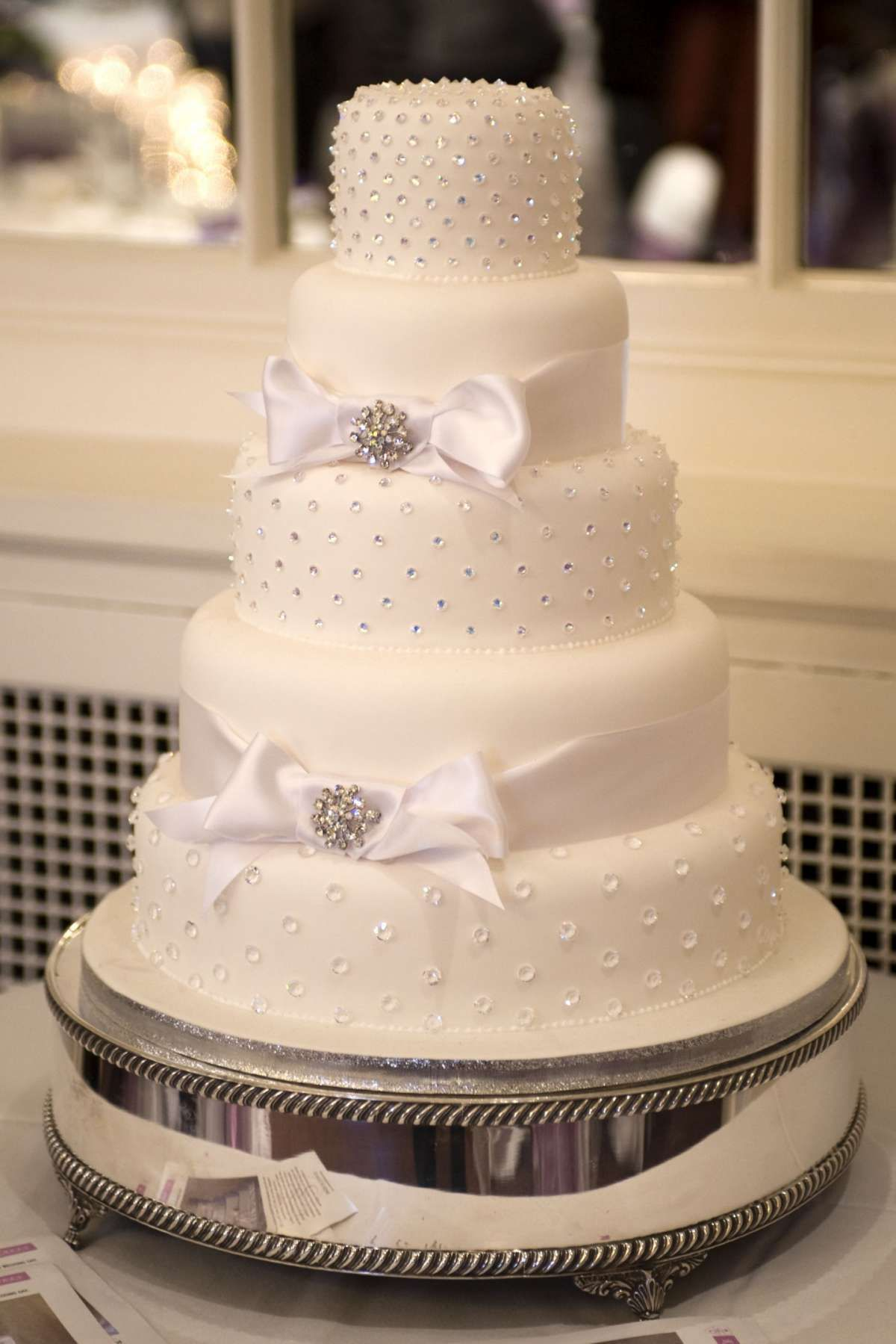 Torta nuziale con strass e zuccherini argento Eleganti Torte Nuziali, Torte  Matrimonio Piccole, Belle