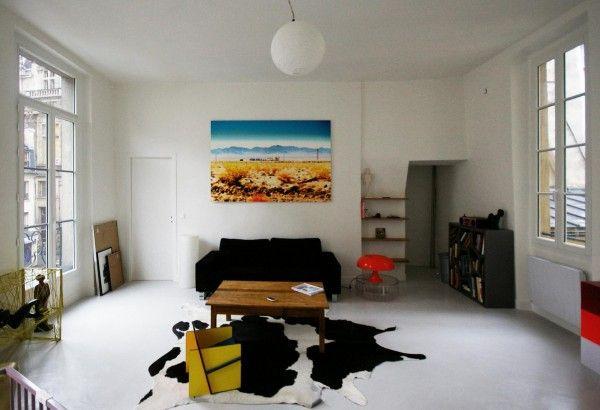 Salon immense au canapé sombre en cuir Espace design Déco salon