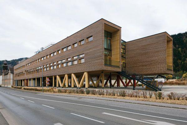 Der Firmensitz des Holzverarbeiters Mayr-Melnhof bereichert die österreichische Steiermark um ein architektonisches Highlight. Das scheinbar schwebende Ensemble entstand aus dem traditionsreichen Baustoff Holz und signalisiert zugleich die Kompetenz des Unternehmens. Für den kubischen Bau entwickelten Nussmüller Architekten gemeinsam mit