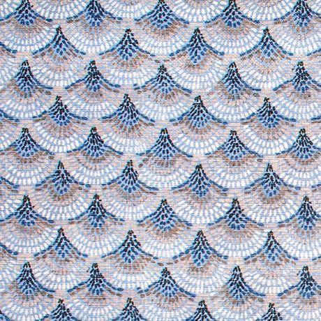 Escamas de peixe nadam, por esta mescla de algodão poliester, em tons de azul. Um padrão de cores harmoniosas e calmas sugerido para sofás e apontamentos decorativos.