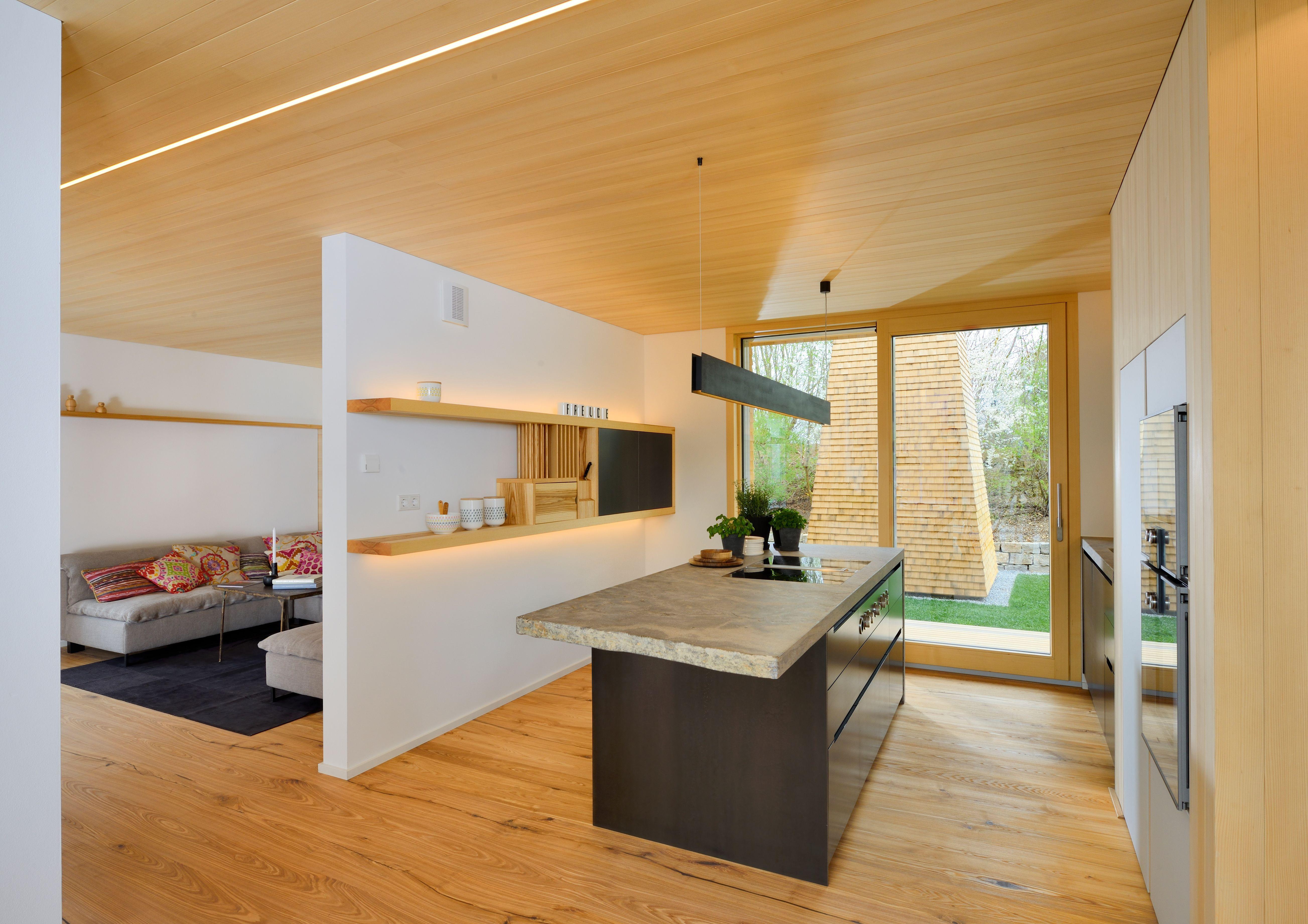 moderne k che im alpenstil mit viel holz und licht dazu gibt es eine freistehende kochinsel mit. Black Bedroom Furniture Sets. Home Design Ideas