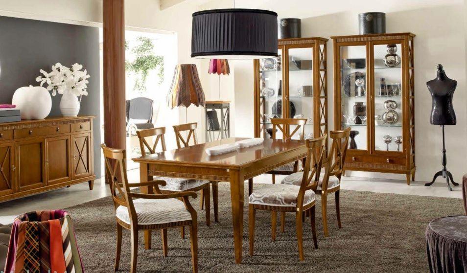 Salón En Madera Natural Con Dos Vitrinas Gemelas Y Mesa Y Aparador A Juego Muebles Clásicos Vitrinas Muebles