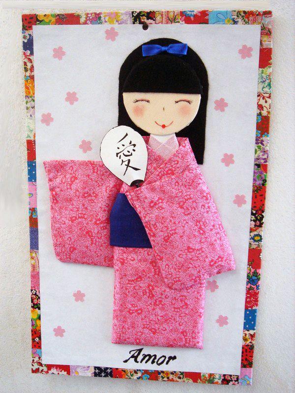 Quadro com boneca como boneca de tecido plana, moldura feita com 2 camadas de papel paraná, material resistente, desde que não entre em contato com água, muito usada na confecção de bolsas e carteiras.