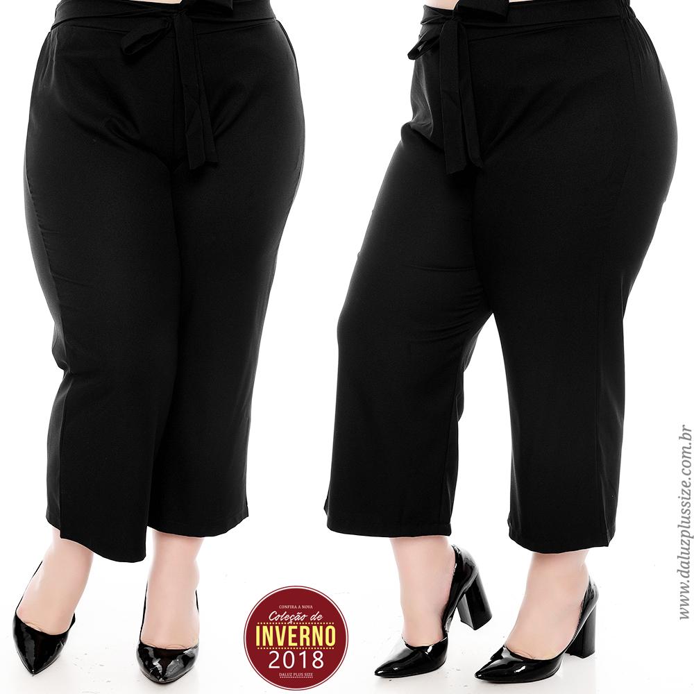 b826cf6aa Calça Pantacourt Plus Size Nezzy. Pantacourt confeccionada em poliéster,  elástico na cintura com detalhe em amarração.