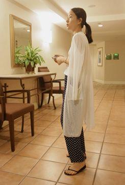Today's Hot Pick :V领长款罩衫 http://fashionstylep.com/SFSELFAA0007309/qnfdksekdcn/out 简约风直筒罩衫,没有一丝繁冗的装饰。端庄温婉、大气优雅,打造灵动曼妙的轻熟魅力。深V领大胆外露性感魅惑,直筒修身版型,展现MM们的优雅曲线哦!:) -深V领 -直筒 -系扣 因个人身型不同,上身效果也会有所不同,请参考尺码表。