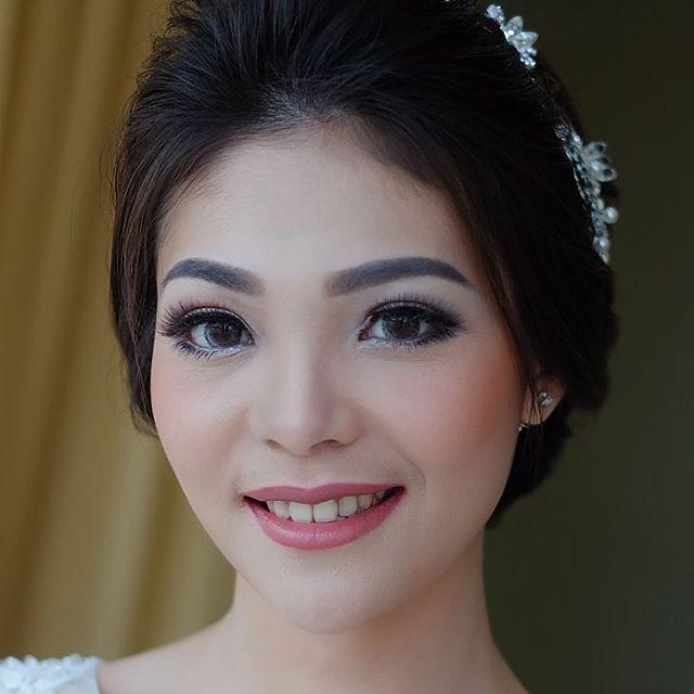 Weddingday @leony.yulistira  #weddingday#engagement#bridal #makeupparty#bride#instamakeup #weddingmakeup#makeup#wedding #weddingku#naturallook #makeupartist #makeupartistlampung#hairdo#updo #makeupartistindonesia#makeover #beforeafter#makeupblogger #likeforlike#prewedding #instabeauty #instamakeup#makeupbyelis #bridetobe #makeupbyme http://gelinshop.com/ipost/1515259790991875801/?code=BUHSMBwgN7Z