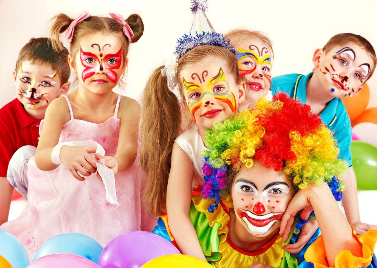 La festa più colorata e divertente di tutto l'anno è alle porte: il #Carnevale, che porta con sé #maschere, scherzi e tante #golosità. Ma sono sempre state così le celebrazioni carnevalesche? #NonnoNanni #DettodaiNonni