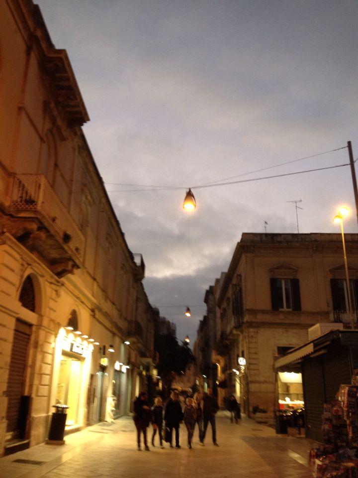 È #sabato #sera, #tutti corrono a guardare #juventus #milan ed io mi #perdo in una #Lecce #meravigliosamente quasi #deserta. Il #freddo sembra essere arrivato anche qui...mi consolo con una #hotchocolate ☕️ #iglecce #pic #picoftheday #photo #photooftheday #tagsforlikes #likeforlike #tumblr #flikr #social #love #instagood #instagram #igersitalia #igers #robyzl #serendipity