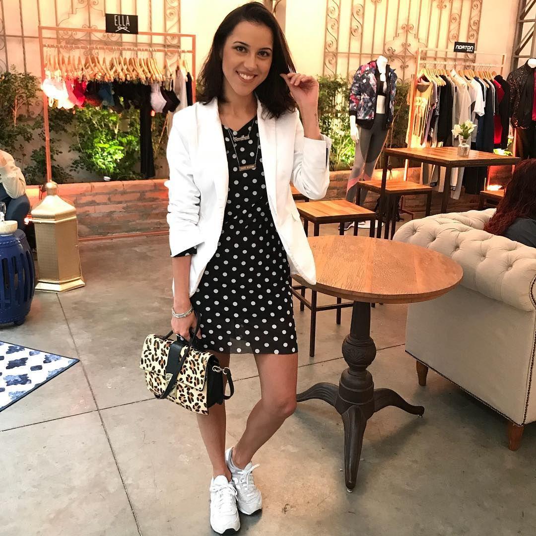1b135d776b Look de vestido com tênis e blazer. Combo de preto e branco com pitada  fashion