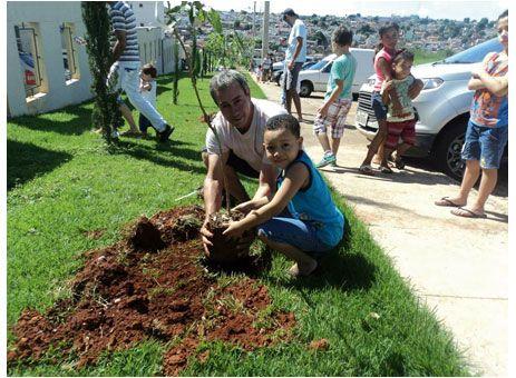 Moradores promovem plantio de mudas de árvores http://www.passosmgonline.com/index.php/2014-01-22-23-07-47/geral/4392-moradores-promovem-plantio-de-mudas-de-arvores