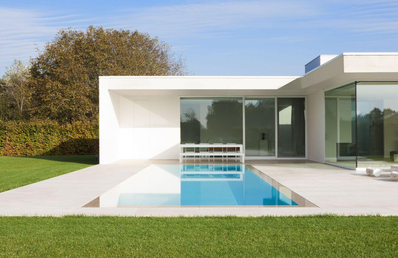 Modern overloopzwembad met liner en witte tegels die perfect