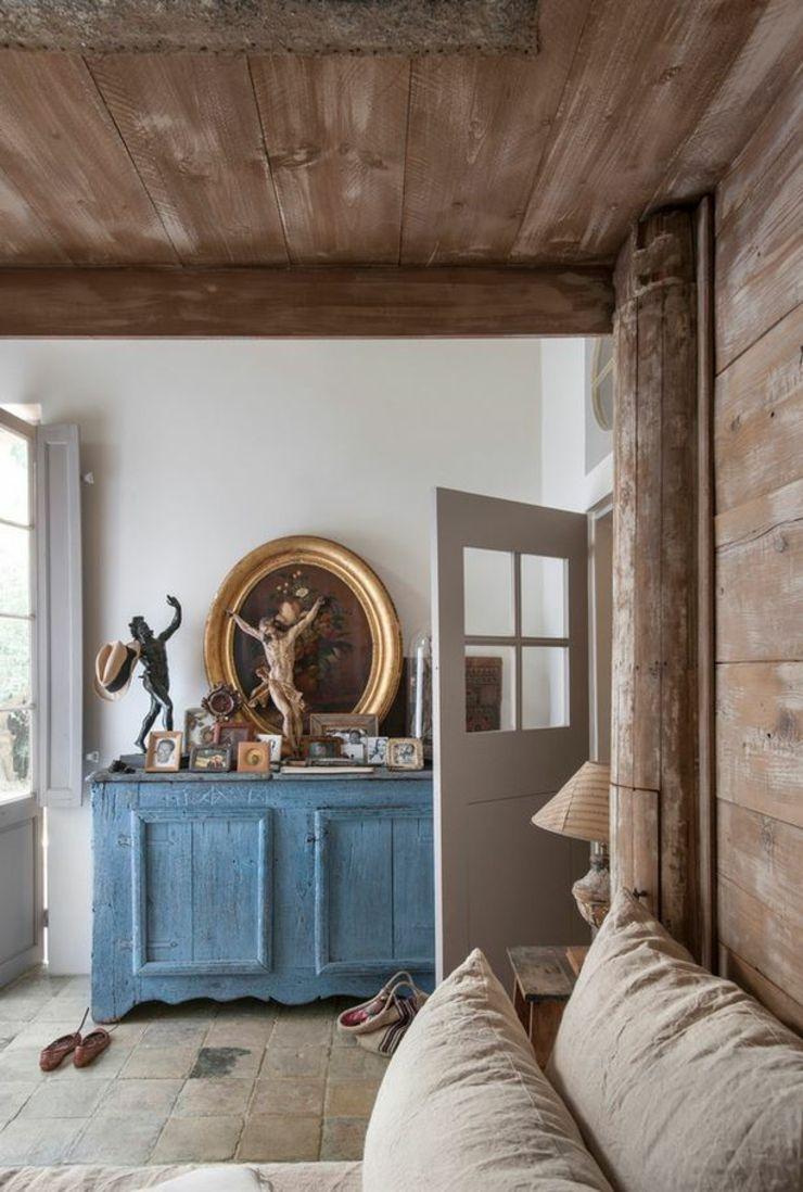 Intérieur créatif en bois travaillé de cette maison de campagne