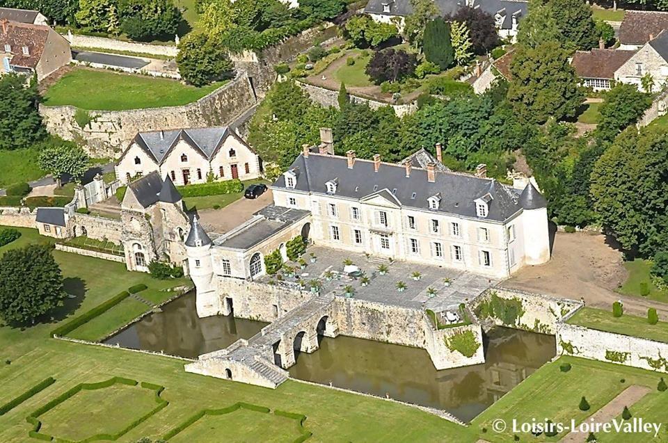 Le Chateau De Saint Denis Sur Loire Loir Et Cher Qui Abritait Les Anciens Thermes Preferes De Catherine Et Marie De Medic Loire Valley Le Manoir Loir Et Cher