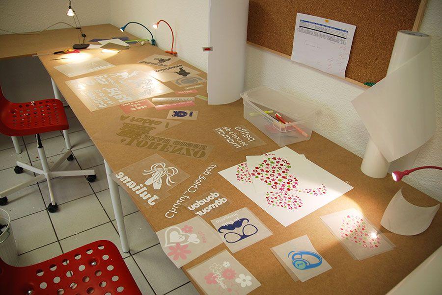 """L'espace """"échenillage"""" : c'est ici que l'on finalise la préparation des visuels imprimés ou découpés, avant transfert sur vos vêtements ou vos bagages."""