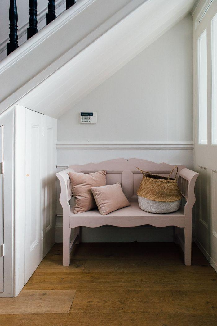 pequeños recibidores con un solo muebles, banco de época pintado en ...