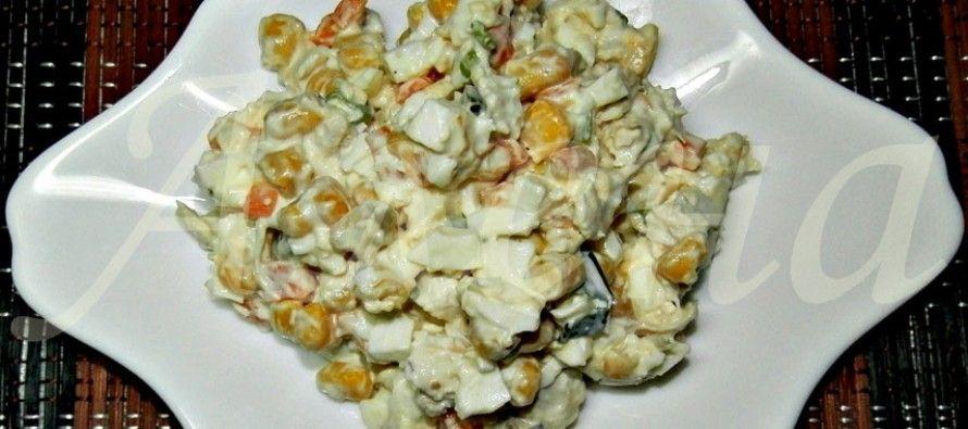 Не знаете что вкусного приготовить сегодня на обед? Тогда наш легкий диетический салат с курицей и кукурузой выручит вас!