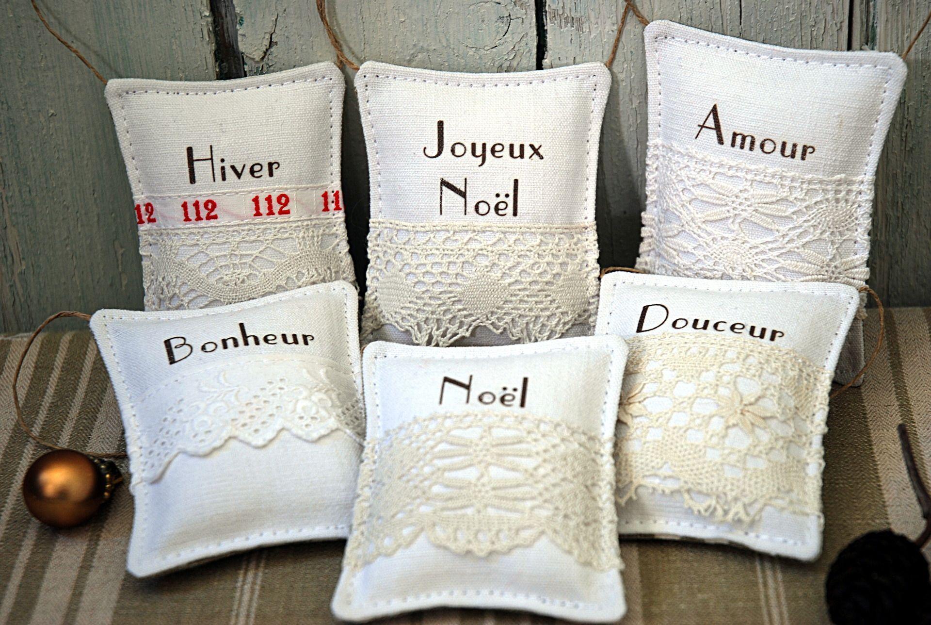 d coration no l six ornements blancs en linge ancien avec des mots no l et dentelles anciennes. Black Bedroom Furniture Sets. Home Design Ideas