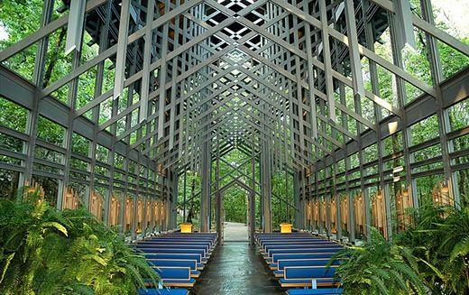 Essa capela no Arkansas, Estados Unidos, foi construída com o objetivo de oferecer vistas deslumbrantes em todas as direções do ambiente. O arquiteto responsável pelo projeto, E. Fay Jones, ped