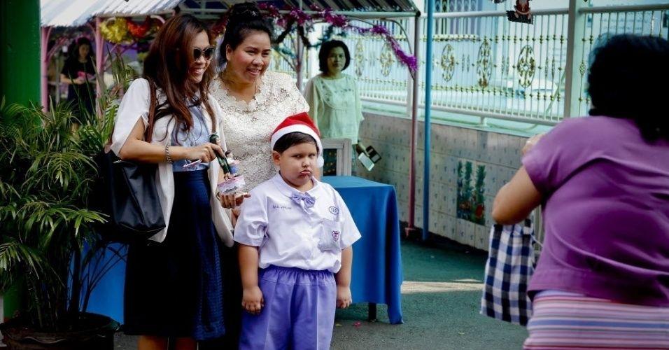 Um menino tailandês posa para foto com uma expressão irritada durante a festa de Natal em Ayutthaya, ao norte de Bancoc, na Tailândia
