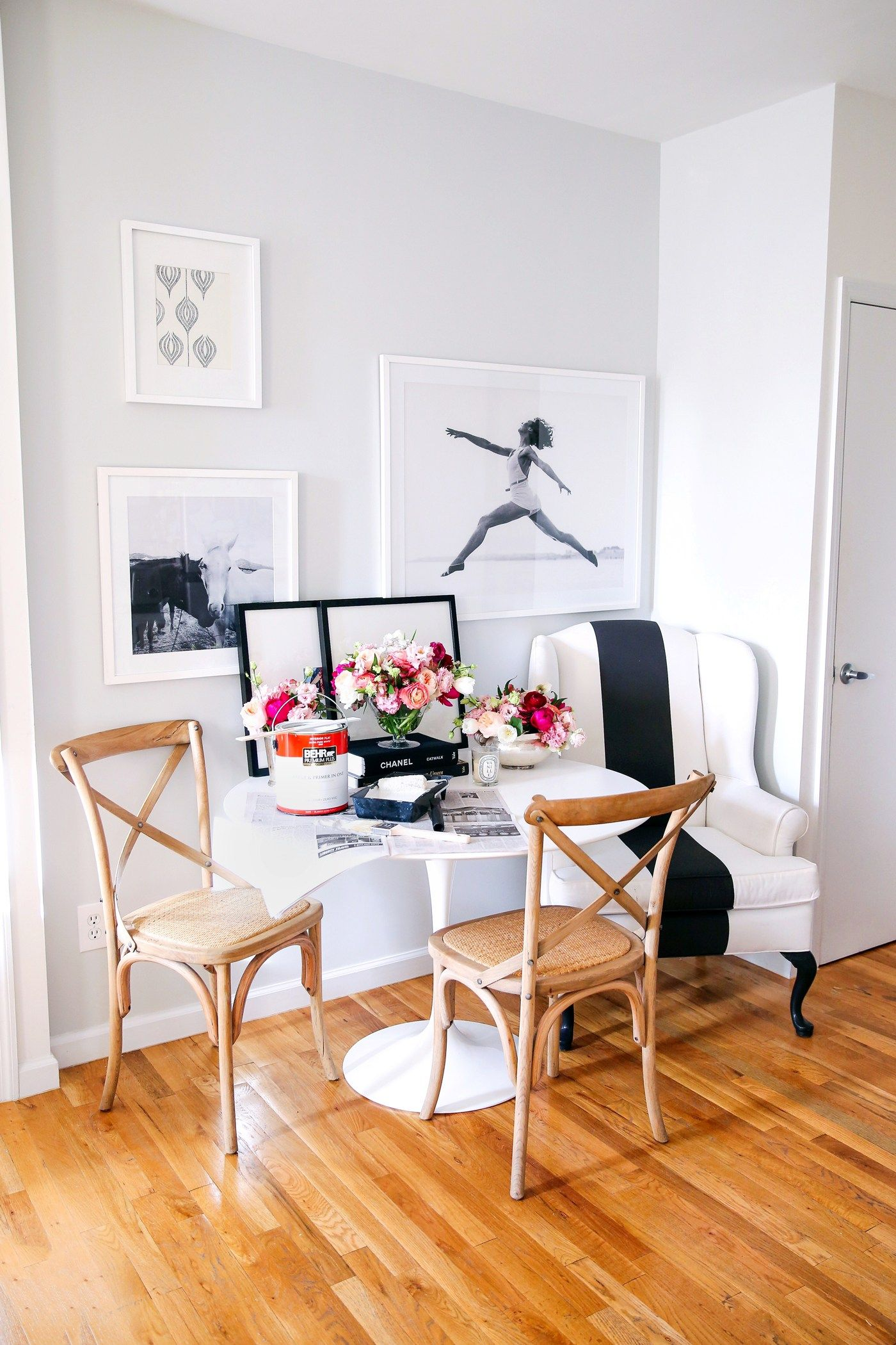 Kat @kattanita knew that she wanted to keep things feeling light and airy when picking out paint colors for her DIY dining nook makeover. She used a fresh coat of Close Knit to give her dining room a modern update with a simple, neutral color palette. Then, Kat used fresh flowers and tabletop accessories to provide small pops of color in her new space.