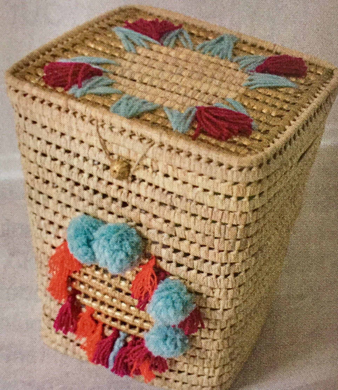 Panier en osier de pompons colorés Diy maisoncreative.com