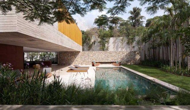 Diseño de Interiores & Arquitectura: Espectacular Casa Moderna con Diseño libre y Piscina adyacente