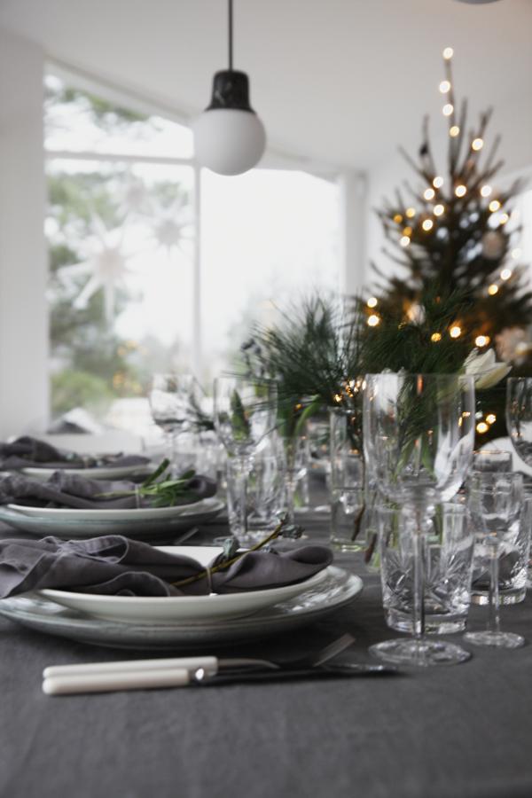 TABLE IN GREY AND GREEN. Julaften dekket jeg bordet i grå- og grønntoner, litt mørkere enn vanlig men så stemningsfult og fint med alle lysene tent utover kvelden. Fylt med krystall, blomster og lin er det fest på bordet – og fargene går jo like fint til nyttårsaften som ellers i julen | Elisabeth Heier #borddekkingnyttårsaften