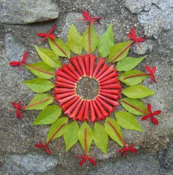 """Mandala é a palavra sânscrita que significa círculo,uma representação da relação entre o homem e o cosmo.A artista americana Kathy klein cria mandalas depois de um estado devocional meditativo.Enquanto sua mente é mantida em mantra,ela recolhe flores e objetos naturais e depois transforma-os em mandalas.As peças são chamadas de """"danmalas"""" (o doador de grinaldas, em sânscrito).Depois de formadas e fotografadas,a artista deixa as mandalas onde as criou,como um presente para quem encontrar"""