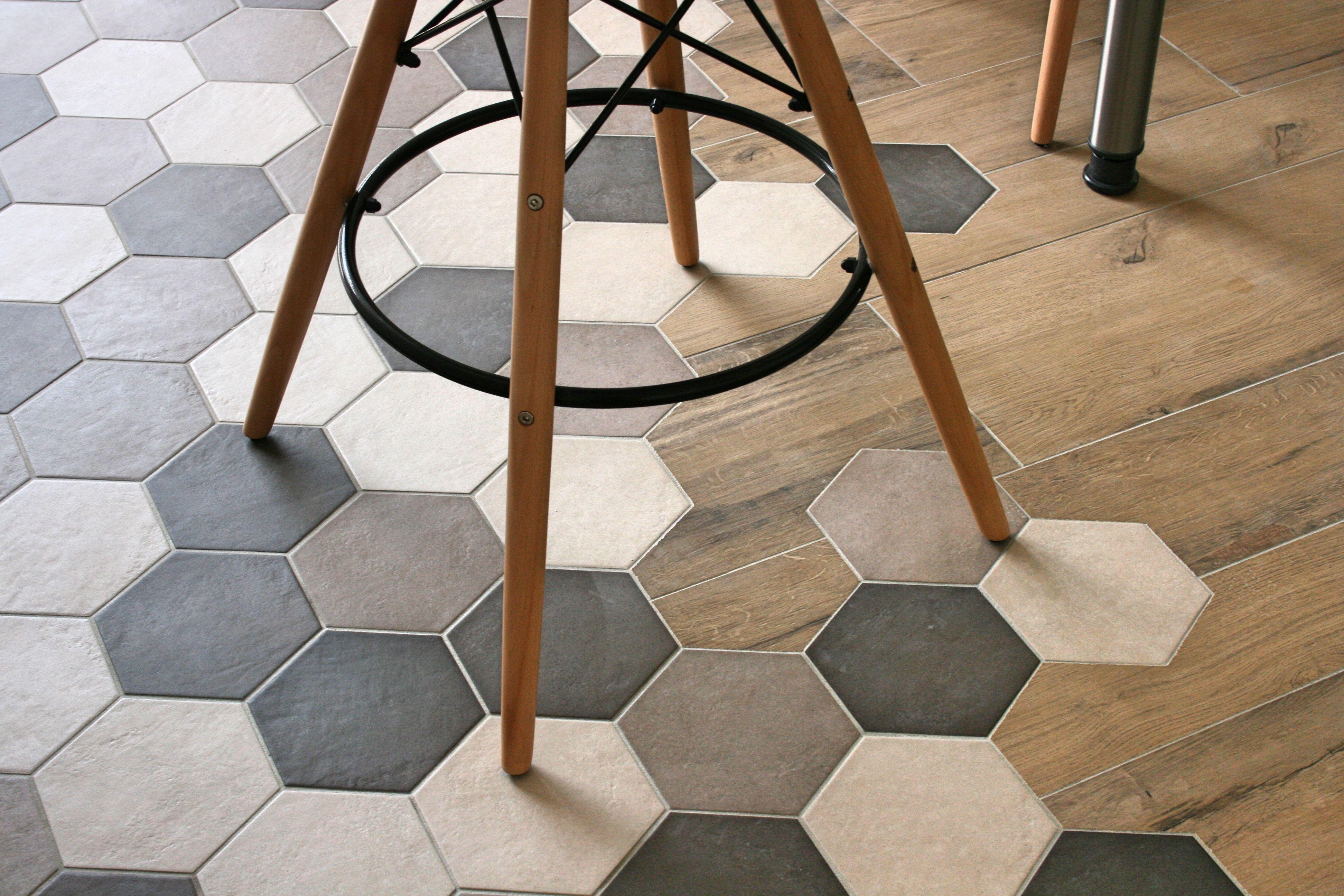 Assemblage carrelage imitation parquet bois (en 3 formats) et carrelage hexagonal. Une transitio ...