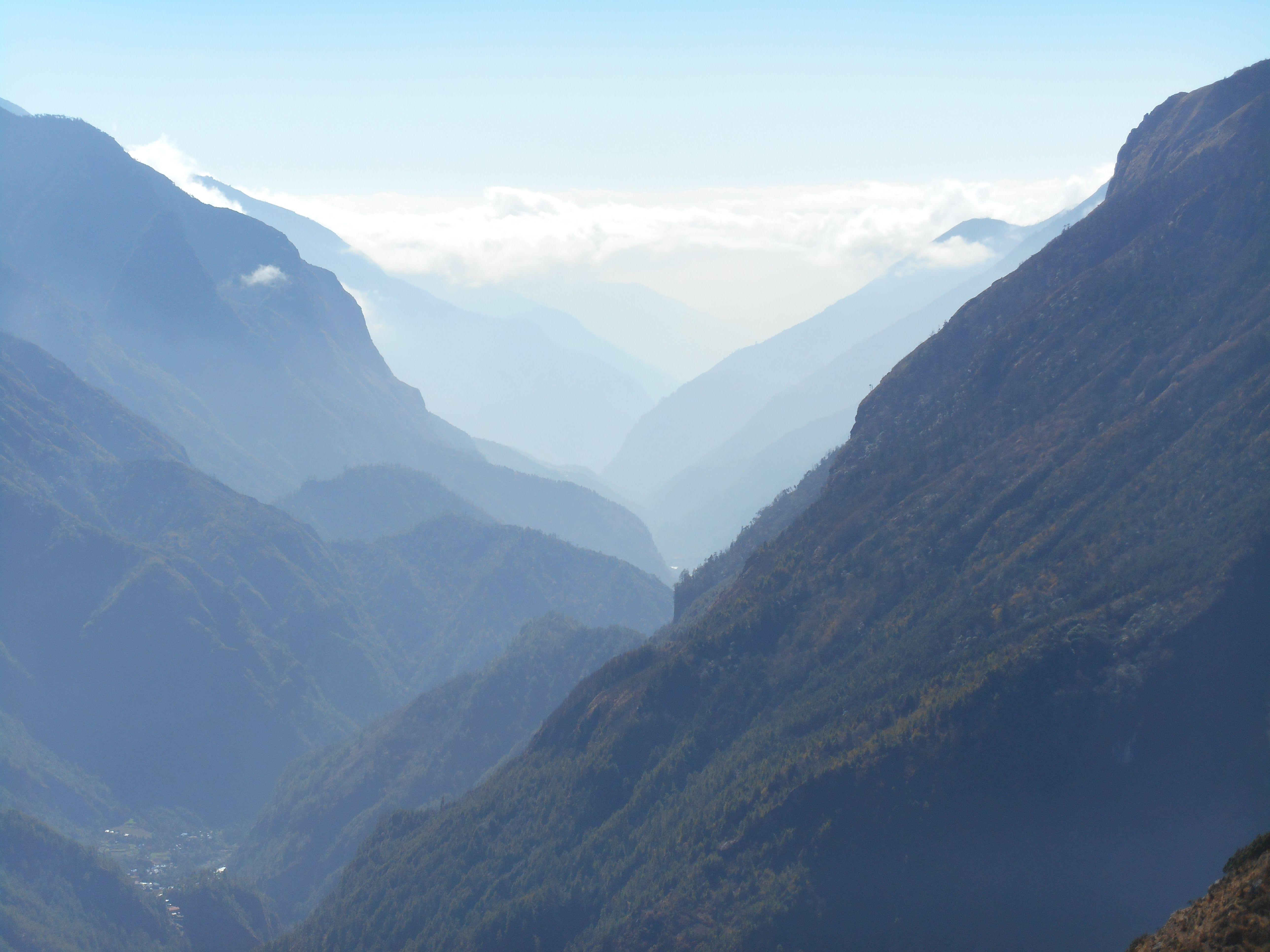 Vergezicht over het dal richting Lukla, vanaf een uitzichtpunt boven Namche Bazaar