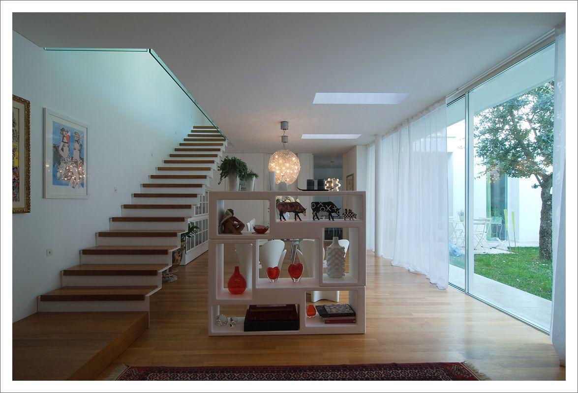 Casa moderna con porte interne a tutta altezza a filo del soffitto grandi vetrate scorrevoli - Porte per casa moderna ...
