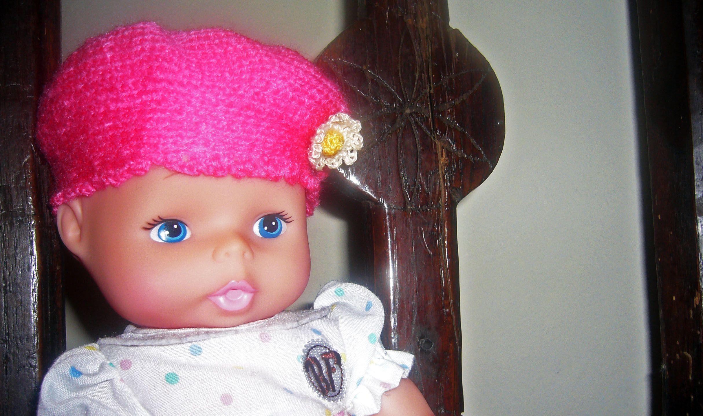 Muñeca con gorro de ganchillo.
