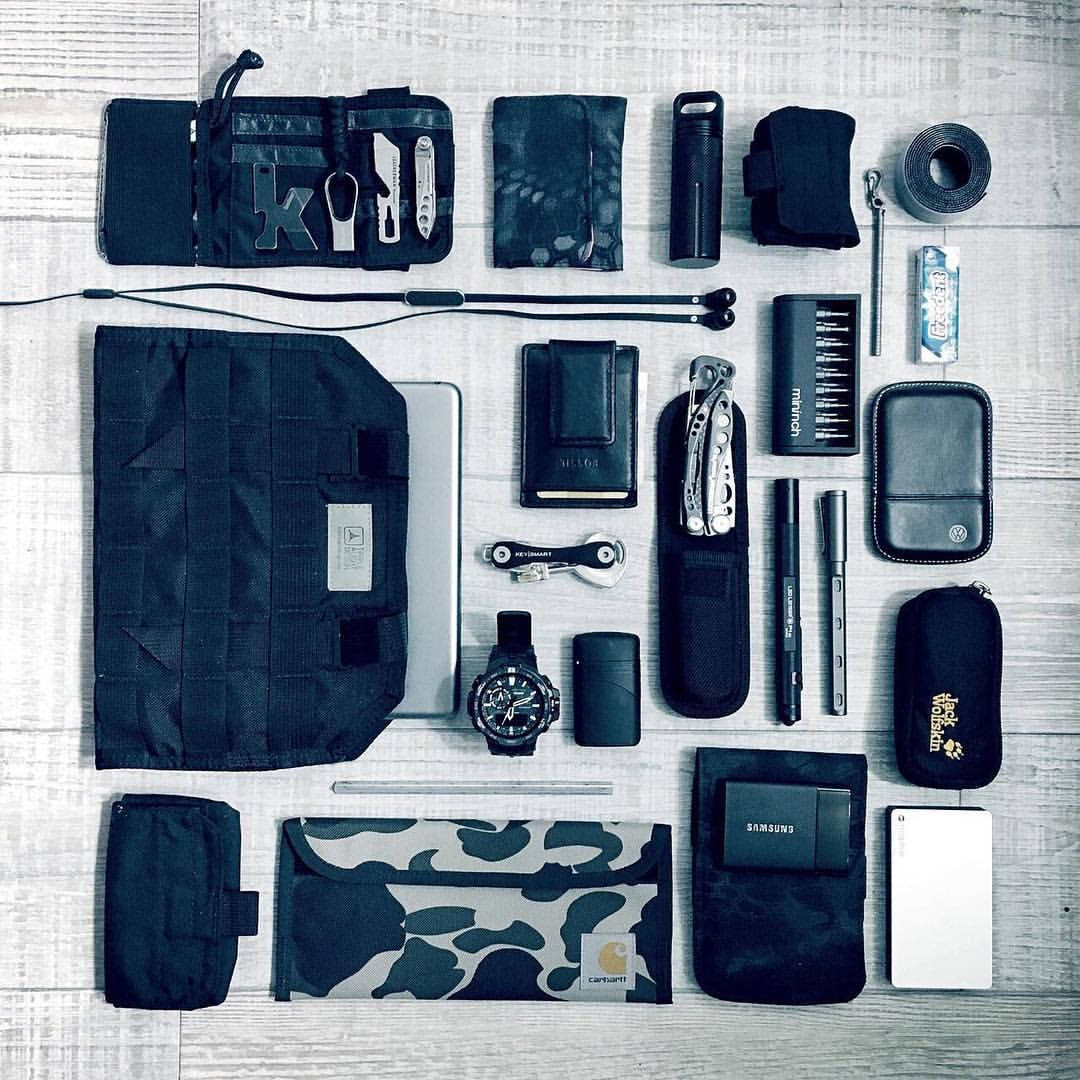 """Everyday Carry no Instagram: """"Tom, a graphic designer in France, uses easy to carry pouches to organize and carry his #EDC. Find pouches and bags to help you carry more efficiently over at #everydaycarry.com ——— #carrysmarter #essentials #leatherman #keysmart #apple #tripleseven #tripleaught #mophie #casio #fossil #kershaw"""""""