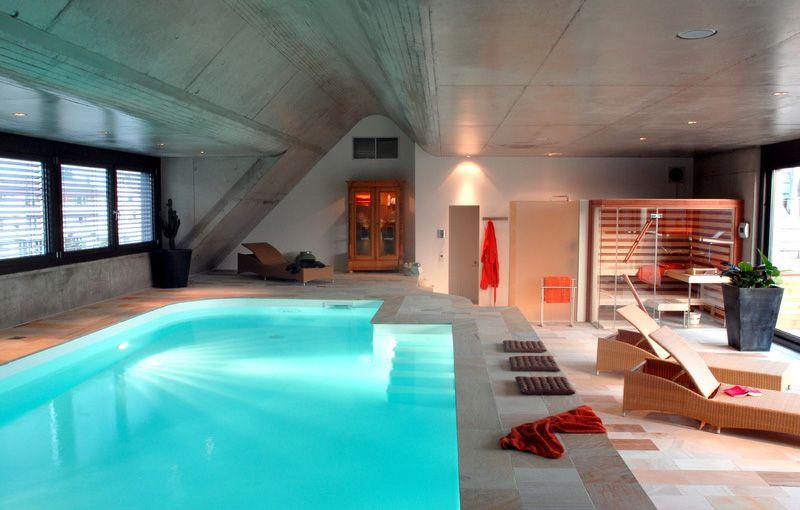 Runder Indoor Pool mit Muschel als Überdeckung