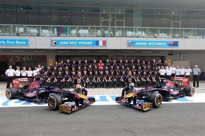 f1 El equipo Toro Rosso aprovechó la India para tomarse la foto oficial