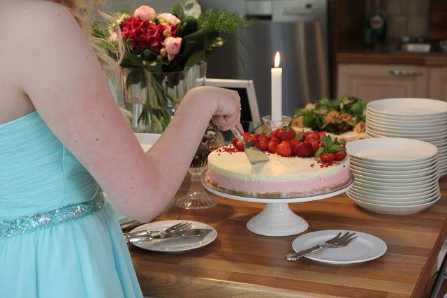 Valkosuklaa-punaherukka juustokakku koristeltuna mansikoilla