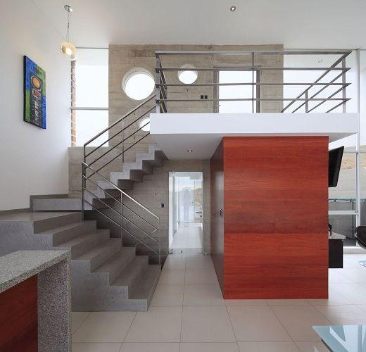 Casas a doble altura con medios muros buscar con google for Casas con escaleras por dentro