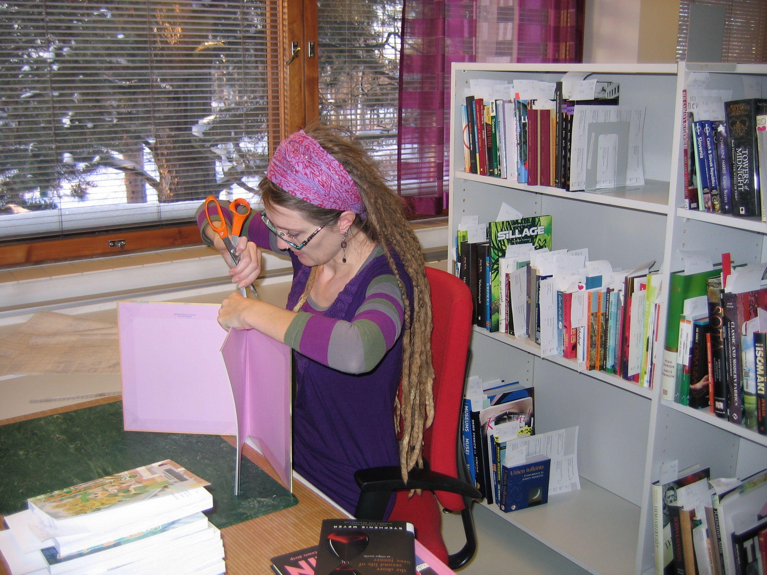 Muovitusta kirjastossa
