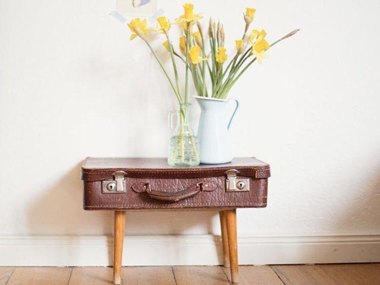 tutoriel diy faire une table de nuit partir d 39 une vieille valise via diy. Black Bedroom Furniture Sets. Home Design Ideas