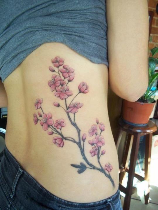 Un tatouage de branche de cerisier 20