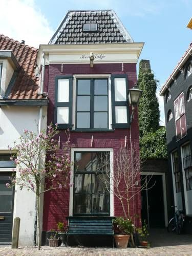 B&B Kort Jakje Zwolle Featuring free WiFi throughout the property, B&B Kort Jakje offers accommodation in Zwolle, in the heart of the old centre.  Situated in a small and renovated house, all rooms are fitted with a flat-screen TV with cable channels.