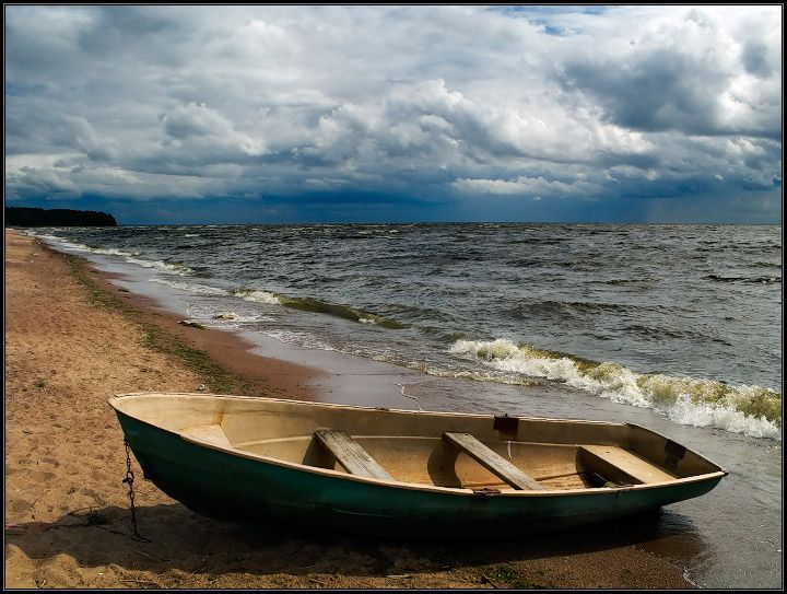Шлюпка у берега фото